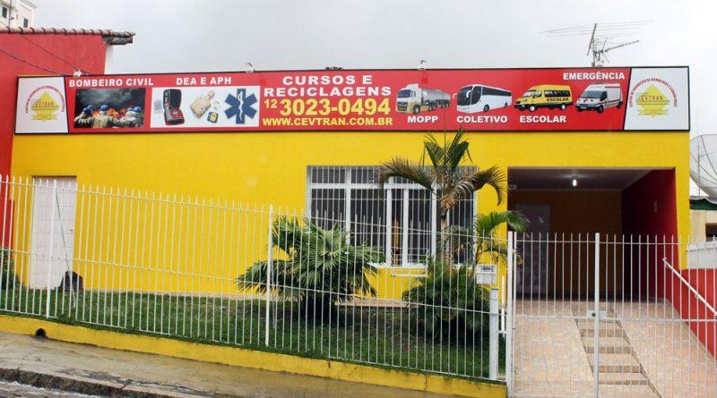 Sindicato firma convênio com escola de formação de motoristas em Jacareí